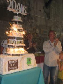 Daniel Andrieu devant les bougies du 20è anniversaire de Viva Cité